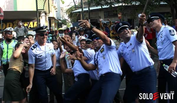 WMPC-2014-KONTINGEN-BRAZIL-SELFIE-DITENGAH-JALAN_